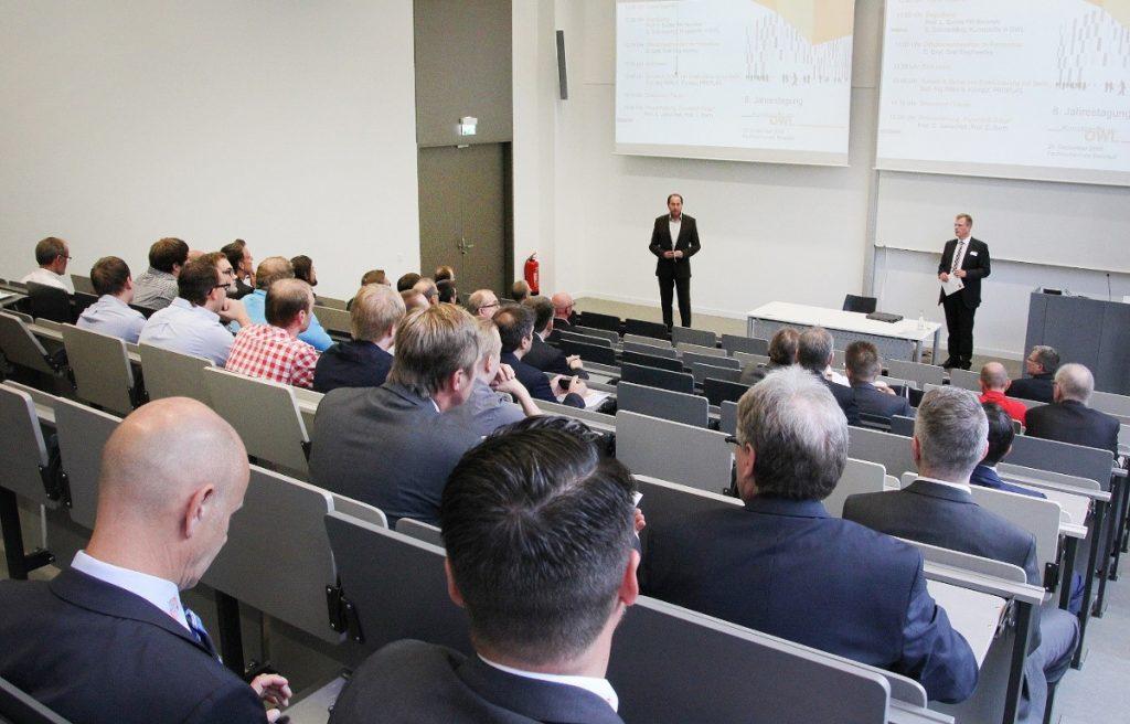 Dekan Prof. Lothar Budde und Stefan Schmedding, Kunststoffe in OWL e. V., eröffnen die Jahrestagung