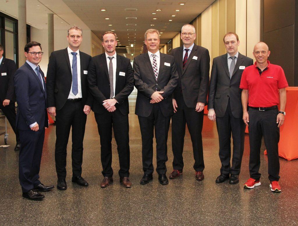 Dipl.-Ing. Andreas Blutmager (Konstruktion und Entwicklung, Wittmann Group), Dr. Helmut Ridder (Phoenix Contact GmbH & Co. KG), Dipl.-Ing. (FH) Dirk Bonikowski (Grässlin NORD GmbH), Stefan Schmedding (Vereinsvorsitzender Kunststoffe in OWL e. V.), Prof. Christoph Jaroschek (FH Bielefeld), Daniel Graf (Graf Engineering) und Dipl.-Ing. (FH) MBA Stephan Klumpp (Geschäftsführer PORPLAS GmbH) als Initiatoren und Redner der Jahrestagung